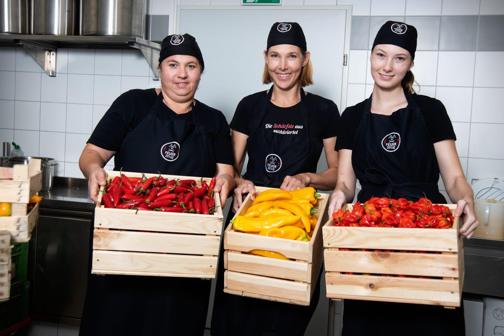 Verena, Ulrike und Katharina beim Gemüsevorbereiten